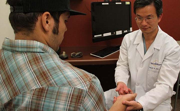 Paralisi: l'innovativo stimolatore spinale che aiuta i pazienti a recuperare l'uso delle mani