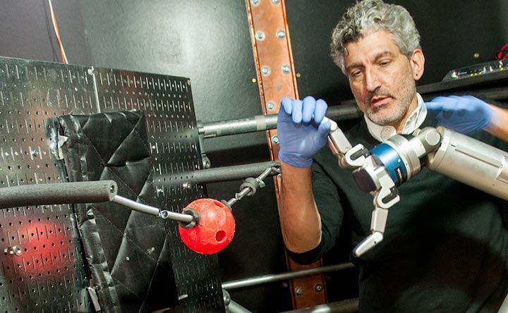 Gli amputati potranno imparare a controllare con la mente delle braccia robotiche